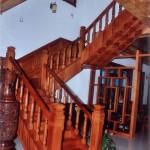 Với trang trí cầu thang bằng gỗ, tạo nét đẹp và sang trọng cho ngôi nhà bạn, cầu thang được làm bằng gỗ tự nhiên như, gỗ đỏ hay gỗ cà te.